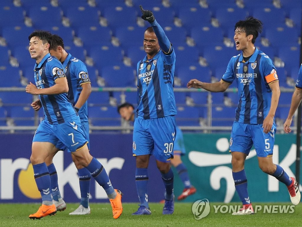 In this file photo, taken Oct. 31, 2018, Ulsan Hyundai FC striker Junior Negrao (C) celebrates after scoring a goal against Suwon Samsung Bluewings in their Korea Football Association Cup semifinal match at Munsu Football Stadium in Ulsan. (Yonhap)