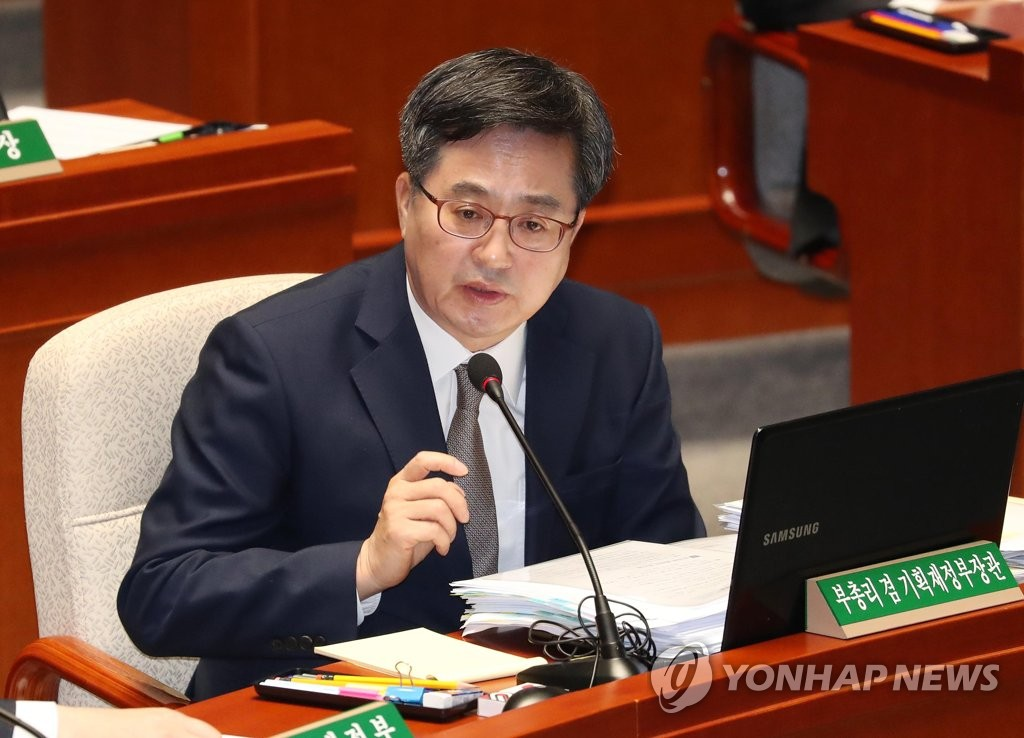 (LEAD) Moon to replace finance minister as early as this week