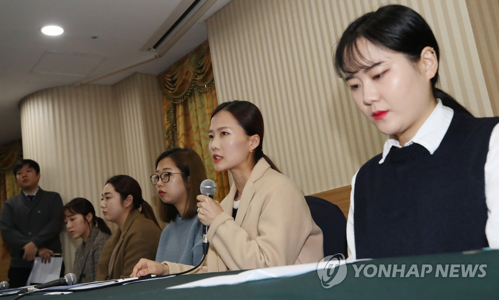 In this file photo from Nov. 15, 2018, South Korea's Team Kim curlers speak at a press conference at Seoul Olympic Parktel, alleging their former coach and curling officials of verbal and emotional abuse. From right are Kim Cho-hee, Kim Eun-jung, Kim Seon-yeong, Kim Yeong-mi and Kim Kyeong-ae. (Yonhap)