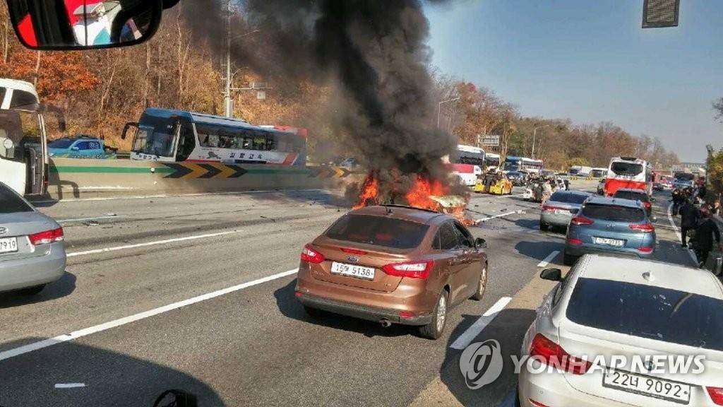 경부고속도로 천안구간 차량 10여대 추돌 사고