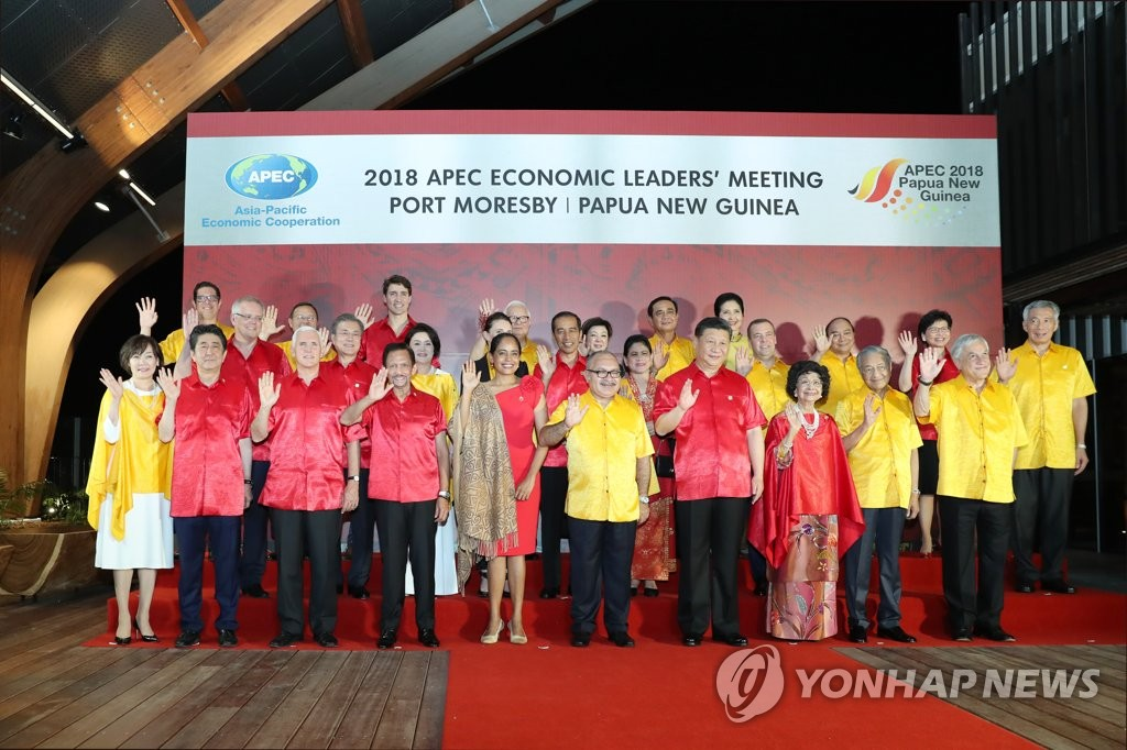 President Moon Jae-in and other global leaders pose for souvenir photos at the end of Asia-Pacific Economic Cooperation (APEC) meetings in Papua New Guinea on Nov. 17, 2018. (Yonhap)