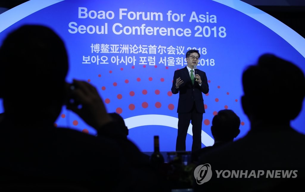 Finance Minister Kim Dong-yeon gives a keynote speech at an economic forum in Seoul on Nov. 19, 2018. (Yonhap)