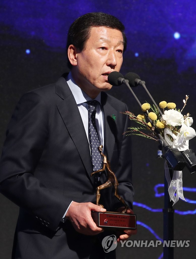 Jeonbuk Hyundai Motors head coach Choi Kang-hee speaks after winning the top coaching award at the 2018 K League Awards at a Seoul hotel on Dec. 3, 2018. (Yonhap)