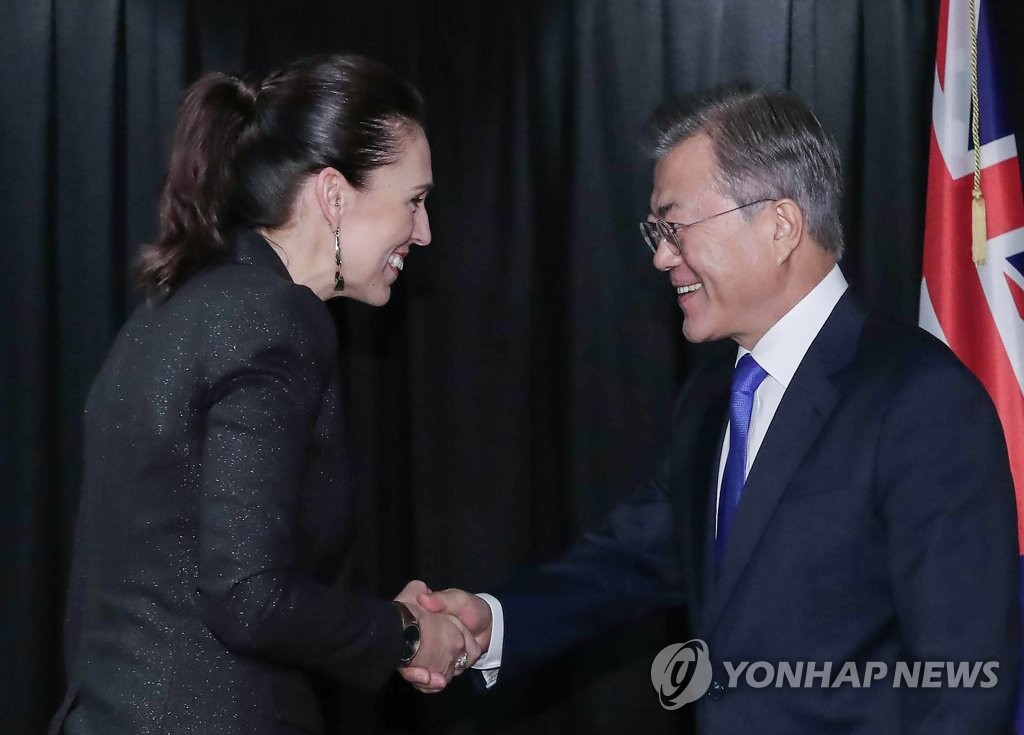 South Korean President Moon Jae-in (R) and New Zealand Prime Minister Jacinda Ardern shake hands before the start of their bilateral summit in Auckland on Dec. 4, 2018. (Yonhap)
