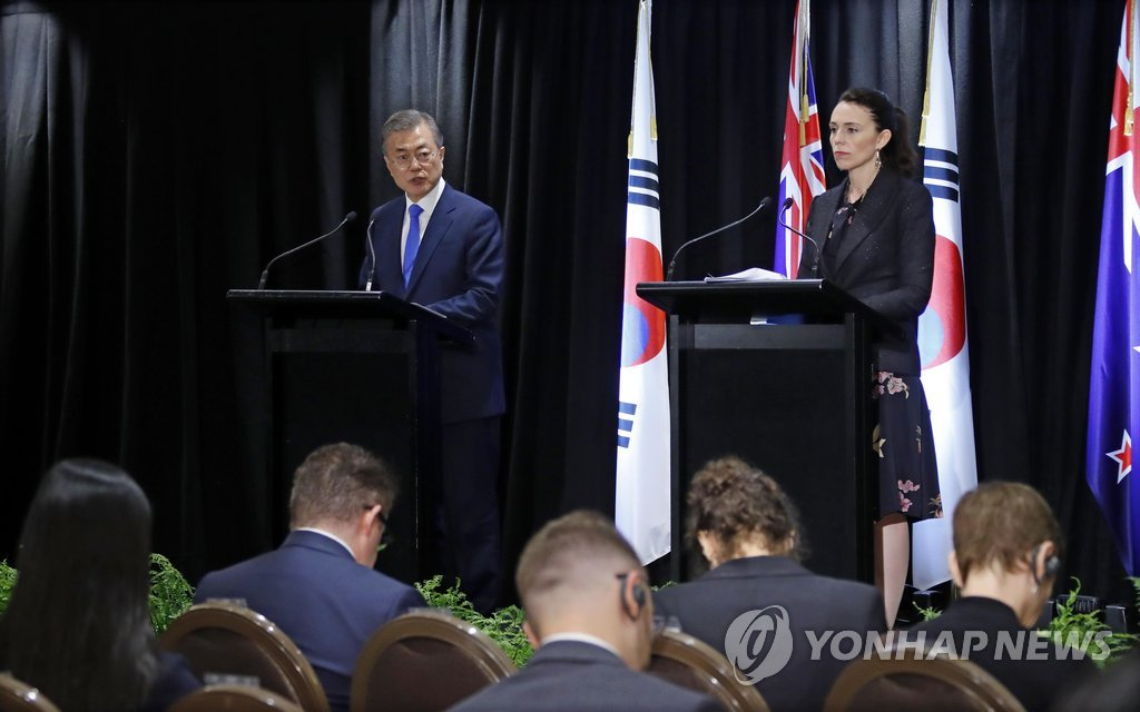 South Korean President Moon Jae-in (L) and New Zealand Prime Minister Jacinda Ardern hold a joint press conference to announce the outcome of their summit held in Auckland on Dec. 4, 2018. (Yonhap)