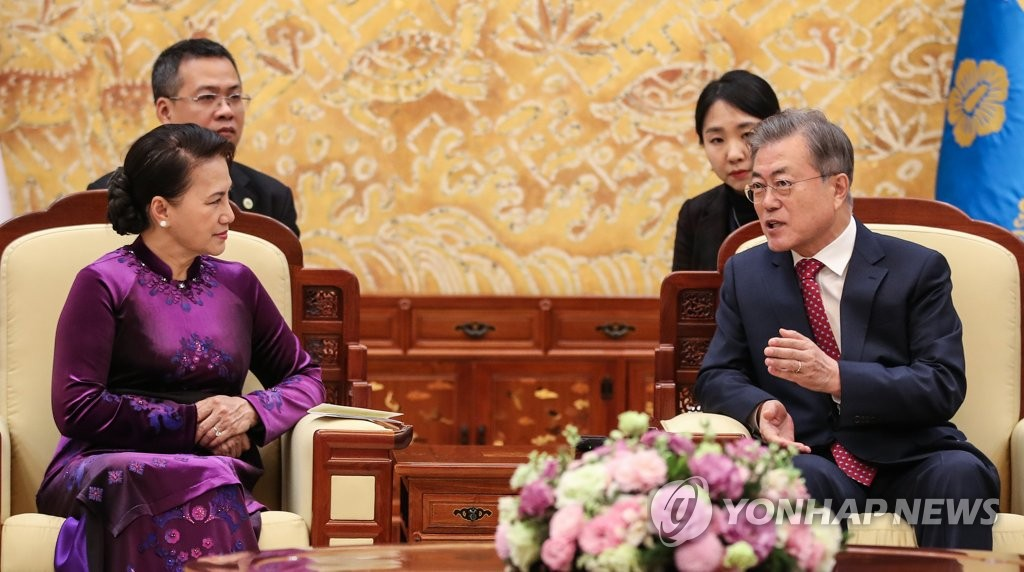 South Korean President Moon Jae-in talks with Nguyen Thi Kim Ngan, chairwoman of Vietnam's National Assembly, at the presidential office Cheong Wa Dae in Seoul on Dec. 6, 2018. (Yonhap)