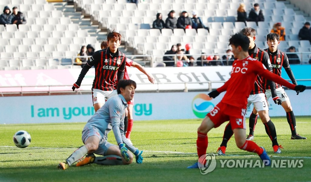 Busan IPark FC's Kim Jin-kyu (R) scores a goal against FC Seoul during the second leg of the K League promotion-relegation playoff at Seoul World Cup Stadium in Seoul on Dec. 9, 2018. (Yonhap)