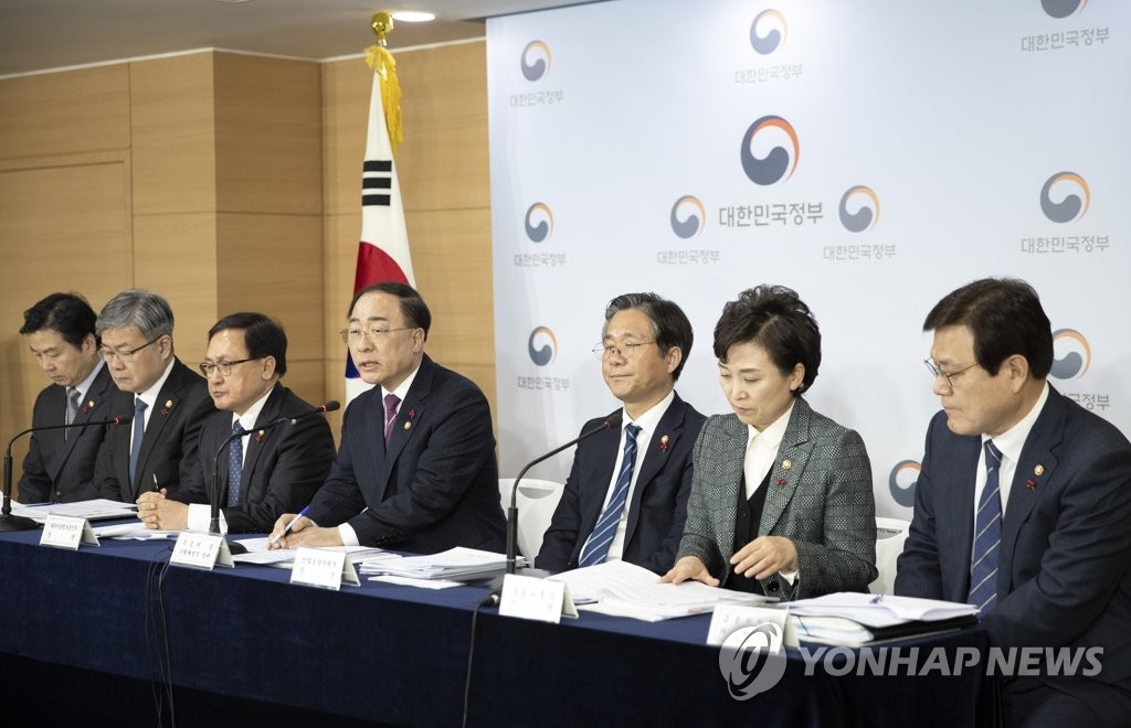 Hong Nam-ki (4th from L), S. Korea's minister of economy and finance, speaks in a joint news conference with other ministers at the government building in central Seoul on Dec. 17, 2018. (Yonhap)