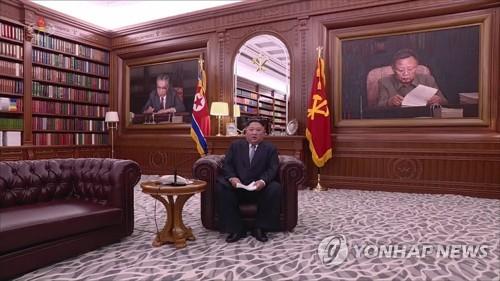 이례적으로 소파에 앉아 신년사 발표하는 김정은 국무위원장