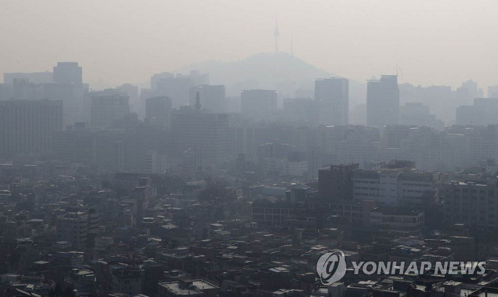 Seoul's skyline is hazy on Jan. 13, 2019, as the country recorded another high fine dust level that is expected to continue till early this week. (Yonhap)