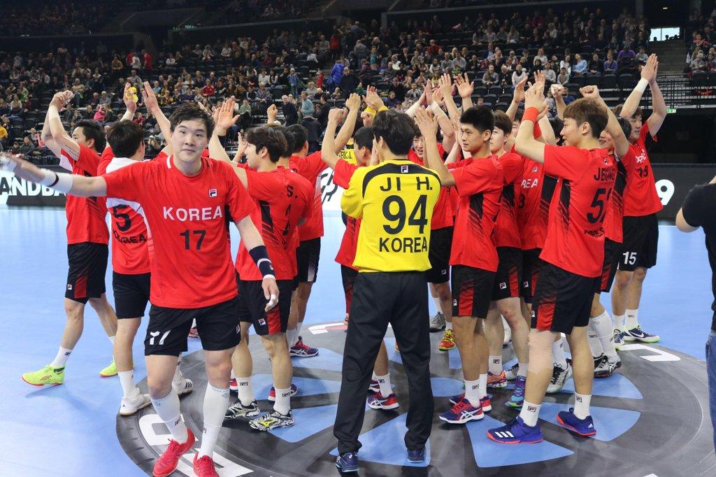 일본전 승리를 자축하는 핸드볼 단일팀