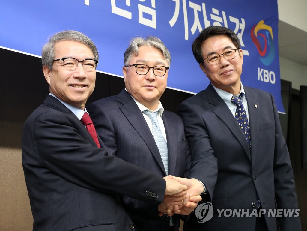 Kim Kyung-moon (C), newly appointed as manager of the South Korean national baseball team, shakes hands with Chung Un-chan (L), commissioner of the Korea Baseball Organization (KBO), and Kim Si-jin, the KBO's technical director, after his inaugural press conference at the KBO headquarters in Seoul on Jan. 28, 2019. (Yonhap)