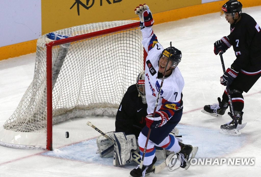 In this file photo from Feb. 8, 2019, Park Sang-jin of South Korea (C) celebrates his goal past Japanese goalie Takuto Onoda during the teams' final match at the Legacy Cup men's hockey tournament at Gangneung Hockey Centre in Gangneung, 230 kilometers east of Seoul. (Yonhap)