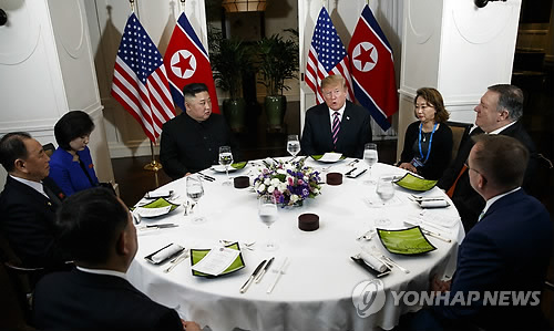 (LEAD) (US-NK summit) Trump, Kim start awkwardly before restoring rapport