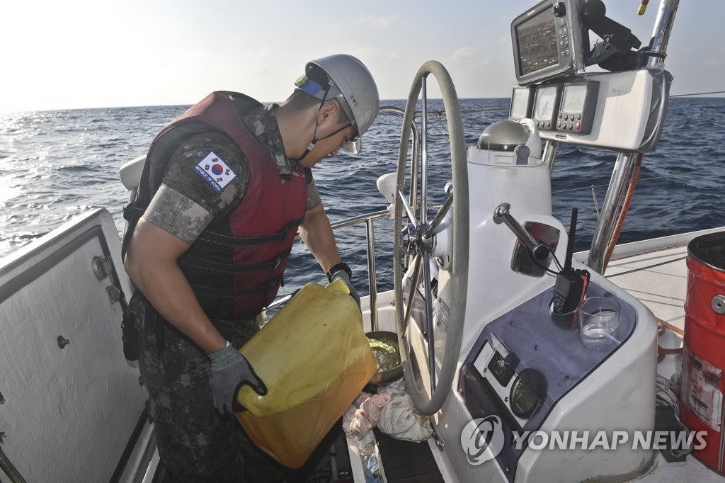 A sailor of the South Korean Navy's anti-piracy Cheonghae unit provides fuel to a yacht adrift in the Gulf of Aden due to a fuel shortage on Feb. 27, 2019, in this photo provided by the Navy. (Yonhap)