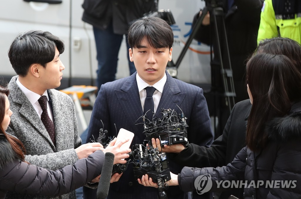 BIGBANG member Seungri is surrounded by reporters at the Seoul Metropolitan Police Agency on March 14, 2019, after arriving there for police questioning over sex-for-favors allegations. (Yonhap)