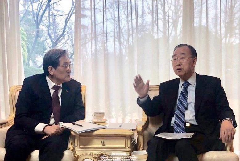 This photo, provided by Cheong Wa Dae, shows former U.N. Secretary-General Ban Ki-moon (R) meeting with presidential chief of staff Noh Young-min on March 16. (Yonhap)