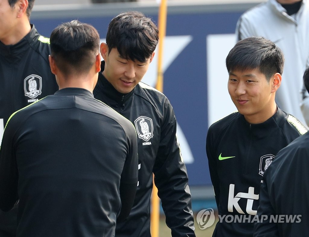 In this file photo taken on March 19, 2019, South Korea national football team captain Son Heung-min (C) greets Lee Kang-in (R) and Paik Seung-ho ahead of training at the National Football Center in Paju, north of Seoul. (Yonhap)