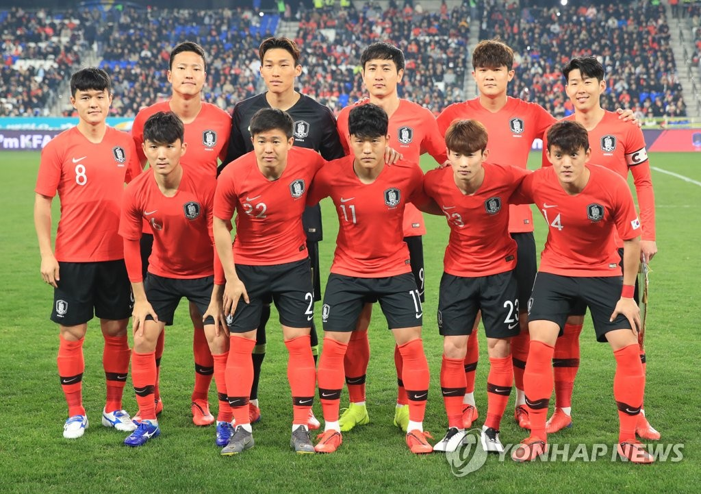 In this file photo taken March 22, 2018, South Korea national football team players pose for a photo ahead of a friendly match against Bolivia at Munsu Football Stadium in Ulsan, some 400 kilometers south of Seoul. (Yonhap)