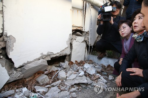 Lawmaker visits quake-hit house in Pohang