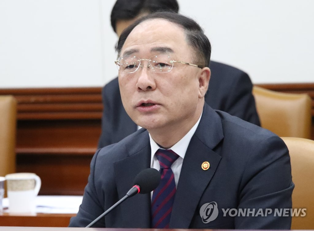 Hong Nam-ki, the minister of economy and finance, speaks in a meeting with officials in Seoul on how to boost the economy on April 17, 2019. (Yonhap)