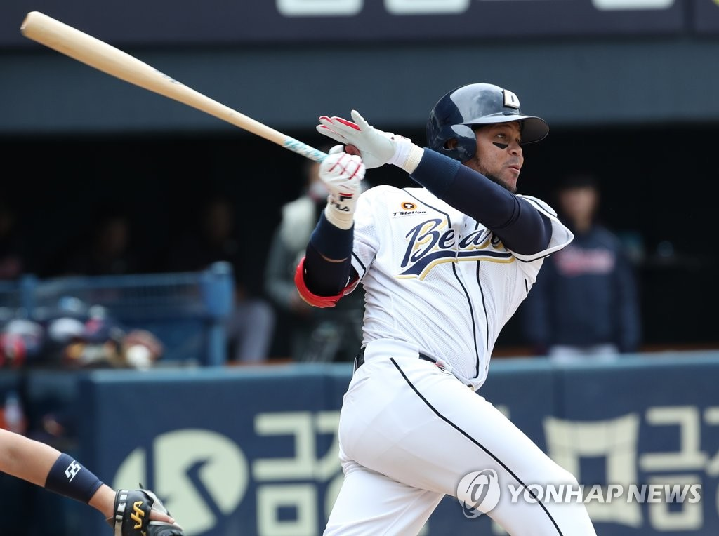 Jose Miguel Fernandez of the Doosan Bears hits a three-run home run against the Lotte Giants in the bottom of the second inning of a Korea Baseball Organization regular season game at Jamsil Stadium in Seoul on April 28, 2019. (Yonhap)