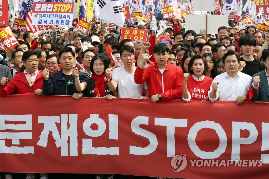 Members of the main opposition Liberty Korea Party stage a rally in central Seoul against the Moon Jae-in administration on May 4, 2019. (Yonhap)