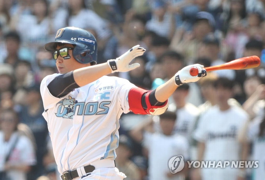 Yang Eui-ji of the NC Dinos hits an RBI single against the Kia Tigers in the bottom of the second inning of a Korea Baseball Organization regular season game at Changwon NC Park in Changwon, 400 kilometers southeast of Seoul, on May 5, 2019. (Yonhap)