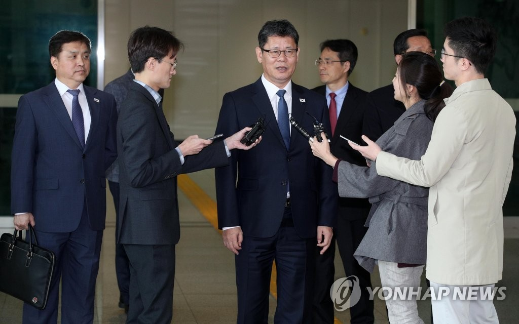 Unification Minister Kim Yeon-chul (C) answers reporters' questions at the inter-Korean immigration office in Paju, north of Seoul, on May 8, 2019, upon returning home from his brief trip to the North Korean border town of Kaesong to inspect an inter-Korean liaison office there. (Yonhap)