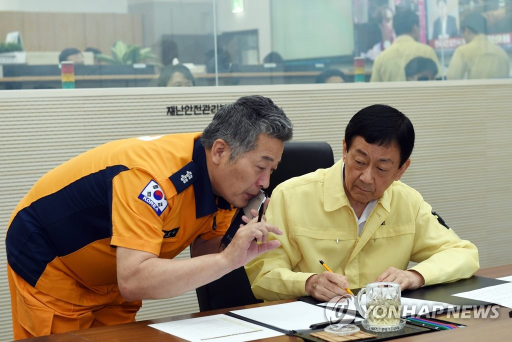 Interior Minister Chin Young (R) is briefed by an official from the central firefighting agency on May 30, 2019, on the latest on the cruise sinking in Hungary that has resulted in the deaths of 7 South Koreans. (Yonhap)