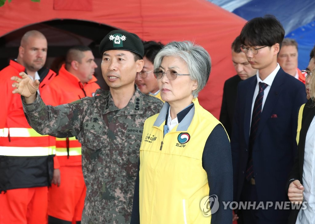Foreign Minister Kang Kyung-wha visits the joint headquarters of search operations involving officials from both South Korea and Hungary in Budapest on May 31, 2019. (Yonhap)