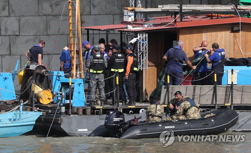 South Korean and Hungarian workers prepare to go into the waters in the Danube River on June 4, 2019, to search for missing victims in last week's sinking of a tourist boat in Budapest. (Yonhap)