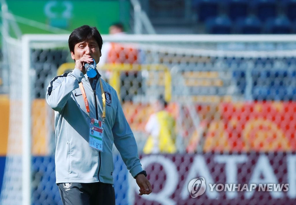 South Korea coach Chung Jung-yong takes a drink before the start of the round of 16 match against Japan at the FIFA U-20 World Cup at Lublin Stadium in Lublin, Poland, on June 4, 2019. (Yonhap)