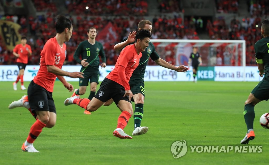 Son Heung-min of South Korea (C) chases the loose ball in a men's football friendly match against Australia at Busan Asiad Main Stadium in Busan, 450 kilometers southeast of Seoul, on June 7, 2019. (Yonhap)