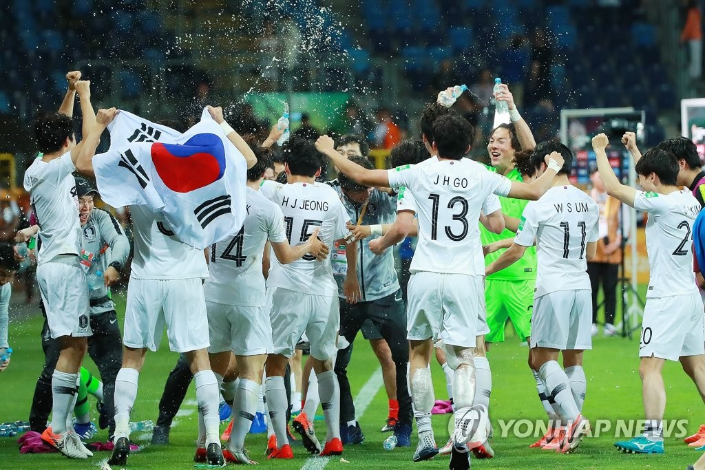 South Korean players douse their head coach Chung Jung-yong (C) with water in celebration of their 1-0 victory over Ecuador in the semifinals of the FIFA U-20 World Cup at Lublin Stadium in Lublin, Poland, on June 11, 2019. (Yonhap)