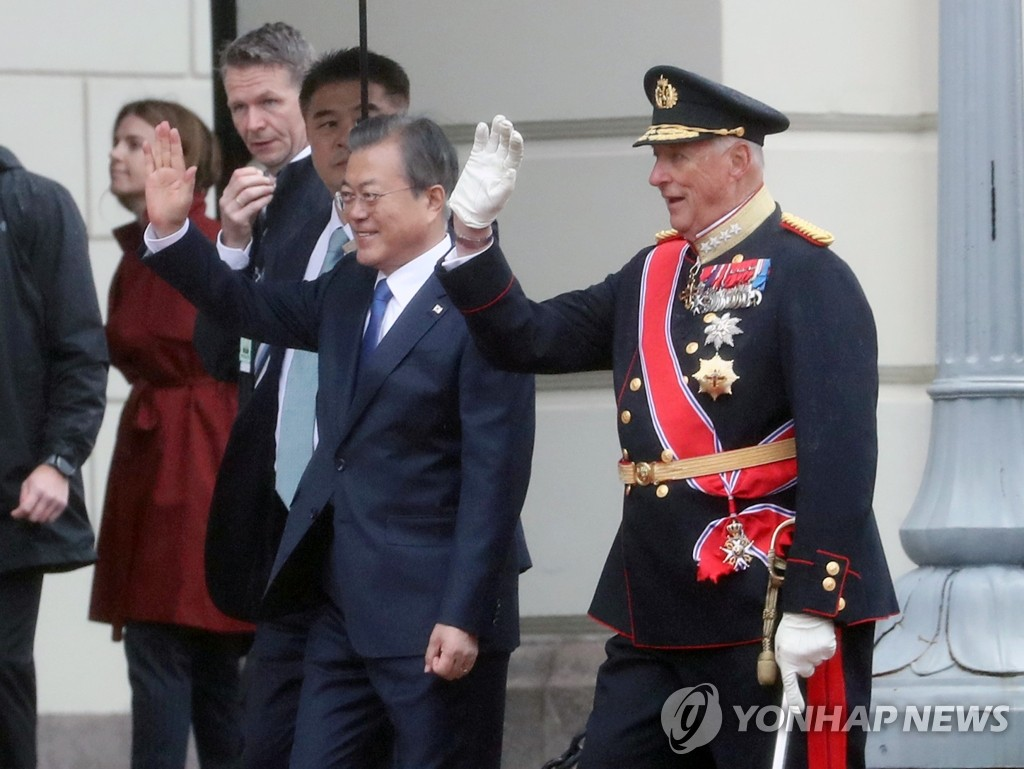 South Korean President Moon Jae-in (L) and King Harald V of Norway wave during an official welcoming ceremony at the royal palace in Oslo on June 12, 2019. (Yonhap)