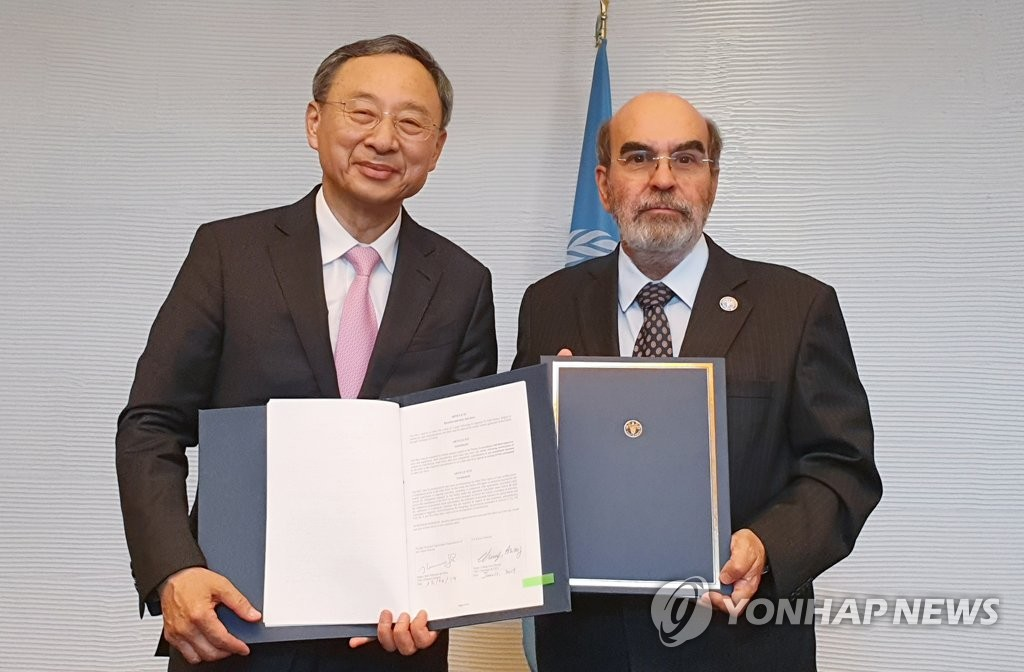 KT Chairman Hwang Chang-gyu (L) and Jose Graziano da Silva, director general of the Food and Agriculture Organization of the United Nations (FAO), hold up a memorandum of understanding on cooperation for agriculture innovation during a ceremony in Rome on June 12, 2019, in this photo provided by the Korean telecom company. (PHOTO NOT FOR SALE) (Yonhap)