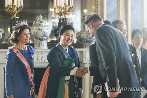First lady attends dinner at Royal Palace
