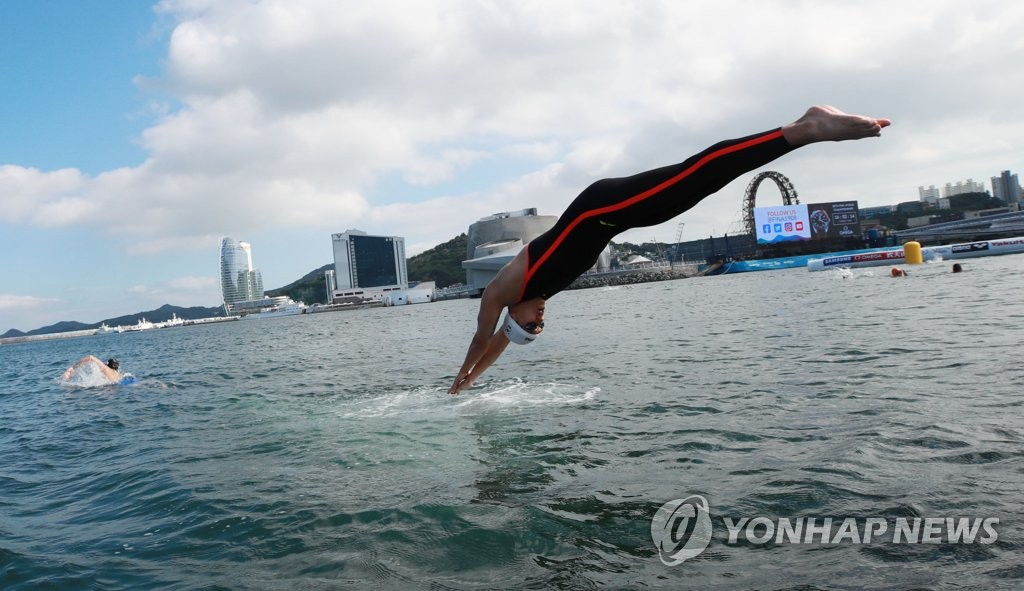 South Korean swimmer Baek Seung-ho trains at Yeosu EXPO Ocean Park in Yeosu, 455 kilometers south of Seoul, on July 11, 2019, on the eve of the men's 5-kilometer open water swimming competition at the FINA World Championships. (Yonhap)