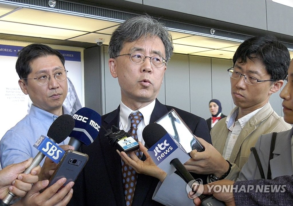 Kim Hyun-chong, deputy chief of Cheong Wa Dae's National Security Office, speaks to reporters at Washington's Dulles International Airport on July 13, 2019. (Yonhap)