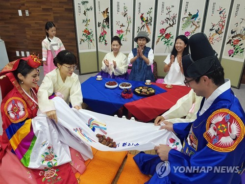 Iranian couple has traditional Korean wedding