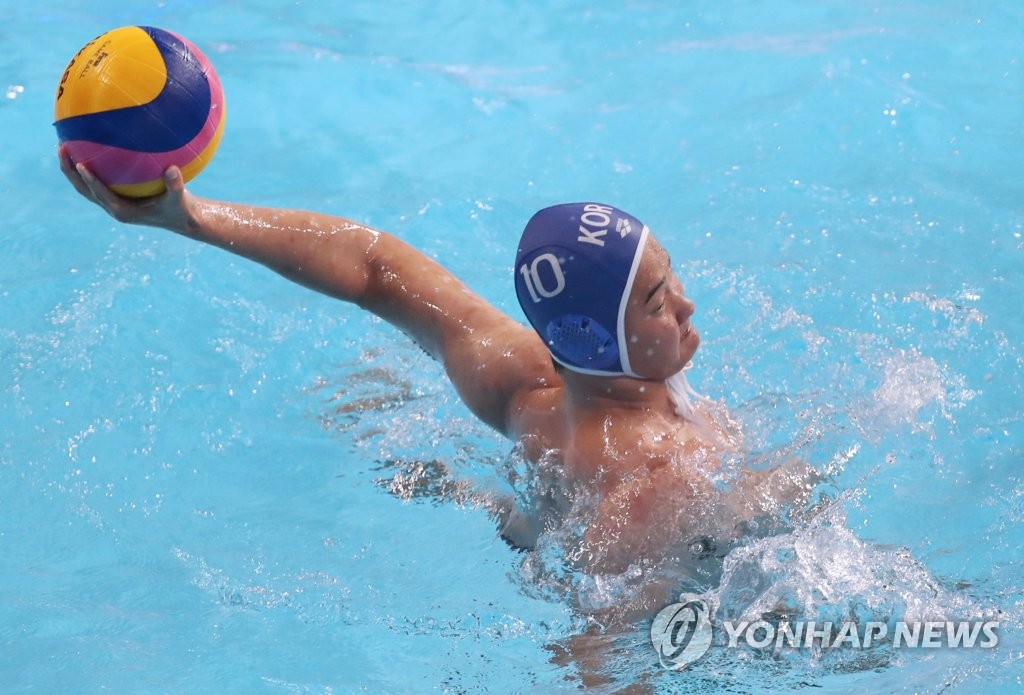 Han Hyo-min of South Korea fires a shot during the men's water polo Group A game against Serbia at the FINA World Championships at Nambu University Water Polo Competition Venue in Gwangju, 330 kilometers south of Seoul, on July 17, 2019. (Yonhap)