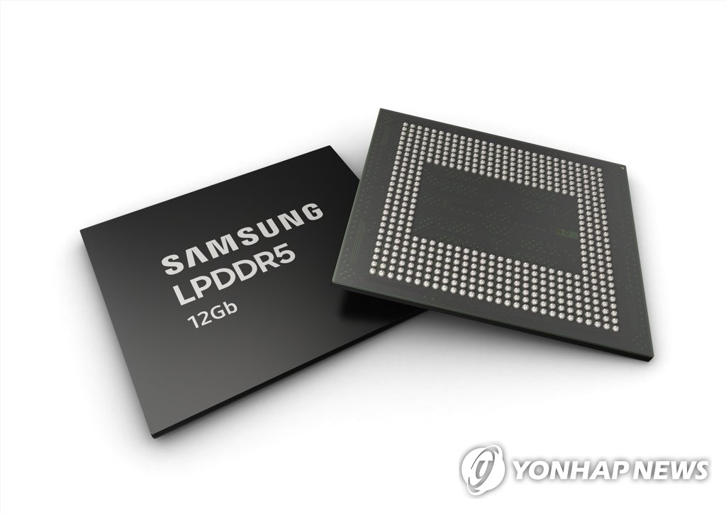 This photo provided by Samsung Electronics Co. on July 18, 2019, shows the company's mobile DRAM chip. (PHOTO NOT FOR SALE) (Yonhap)