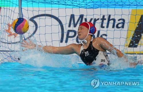 South Korean goalkeeper Oh Hee-ji gives up a goal against Canada during the teams' Group B women's water polo game at the FINA World Championships at Nambu University Water Polo Competition Venue in Gwangju, 330 kilometers south of Seoul, on July 18, 2019. (Yonhap)