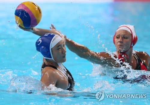 Lee Jung-eun of South Korea takes a shot against Canada during the teams' Group B women's water polo game at the FINA World Championships at Nambu University Water Polo Competition Venue in Gwangju, 330 kilometers south of Seoul, on July 18, 2019. (Yonhap)