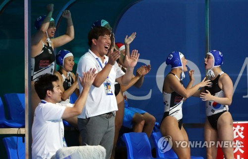 South Korean players and coaches celebrate Lee Jung-eun's goal against Canada during the teams' Group B women's water polo game at the FINA World Championships at Nambu University Water Polo Competition Venue in Gwangju, 330 kilometers south of Seoul, on July 18, 2019. (Yonhap)