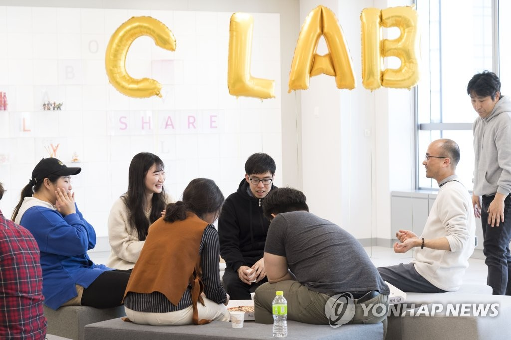 Startup entrepreneurs hold a meeting at Samsung Electronics Co.'s Seoul R&D Campus on Aug. 1, 2019, in this photo provided by the Korean tech giant. (PHOTO NOT FOR SALE) (Yonhap)