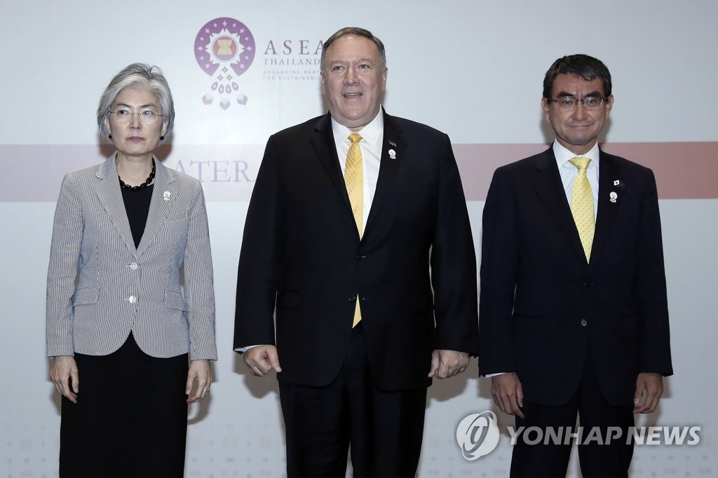This photo shows South Korean Foreign Minister Kang Kyung-wha (L), U.S. Secretary of State Mike Pompeo (C) and Japanese Foreign Minister Taro Kono after trilateral talks in Bangkok on Aug. 2, 2019. (Yonhap)