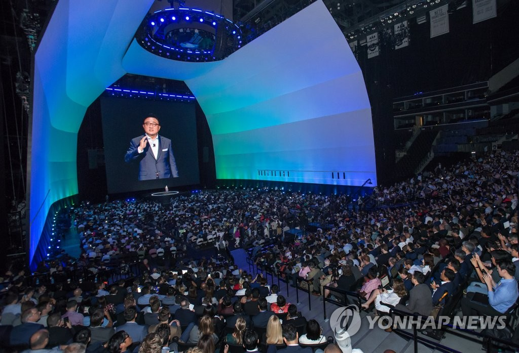 DJ Koh, the chief of Samsung Electronics Co.'s IT and Mobile Division, introduces the Galaxy Note 10 during an Unpacked event held in New York on Aug 7, 2019. (PHOTO NOT FOR SALE) (Yonhap)