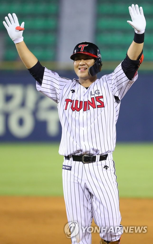 LG Twins hero waves after win